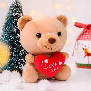 Petite peluche ours avec un coeur